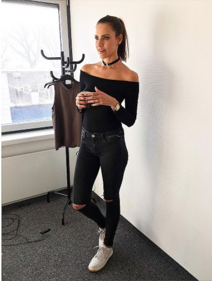 Esther Sedlaczek wearing REPLAY Hyperskin Jeans Luz. Check it out here: https://www.replayjeans.com/de/shop/product/damen/the-flexibles/jeans-hyperskin-luz/pc/48/c/144/sc/-1/1934 #replay #replaygermany #replayjeans #replayhyperflex #theflexibles #esthersedlaczek