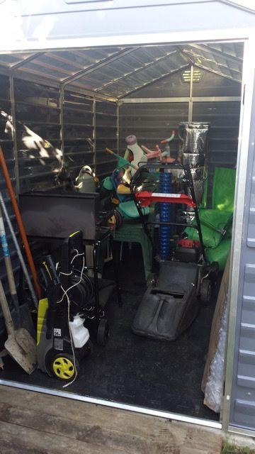 On range tout dans son abri de jardin PVC : tondeuse, outillage, mobilier de jardin & Co