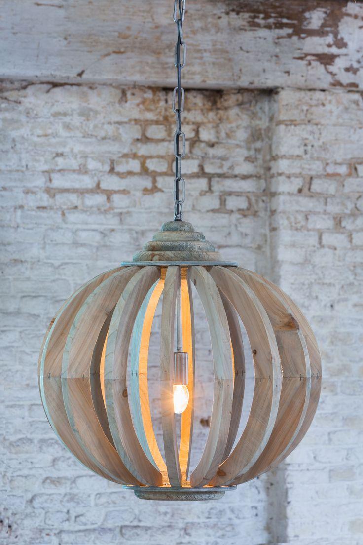 Hanglamp Laura van Light & Living is een bijzondere mix van klassiek en modern. De lamp van hout heeft de vorm van een antieke kroonluchter, maar is in een bijzonder fraai modern jasje gestoken. Het licht valt op een speelse manier door de spijlen, waardoor de lamp een prachtig schaduwspel creëert. Eén ding is zeker: op deze knusse en warme lamp raakt u niet snel uitgekeken! De lamp heeft een hoogte van 52cm en een diameter van 53cm.
