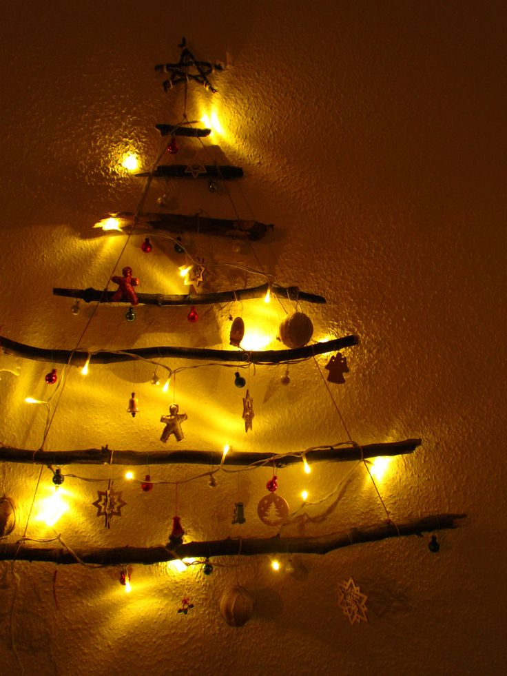 Stimmungsvolle Weihnachtsdeko als Tannenbaum. This Christmas tree wall decoration DIY gets you in the Christmas mood! Easy and perfect if a real tree is too big/expensive