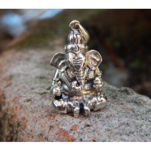 Liontin perak motif ukiran dewa ganesha.  Dimensi: 36x18x12mm  Bahan: Perak 925  Cocok digunakan sehari hari, Liontin perak asli buatan pengrajin dari Bali.  Atau juga bisa untuk dijadikan sebagai hadiah.