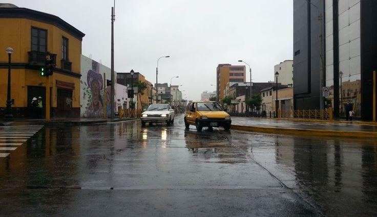 FOTOS: calles de Lima lucieron con pequeños charcos por la intensa llovizna