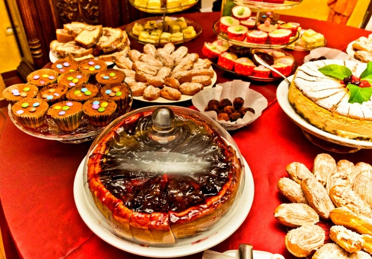 Cheesecake cu dulceata de cirese amare, briose, ecler cu cocos, trufe