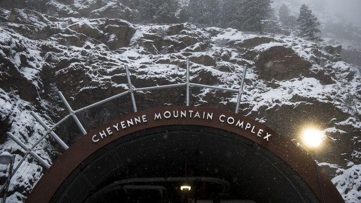 Cheyenne Mountain Complex ✧ Localizado em Colorado Springs na Cheyenne Mountain Air Force Station ✧ Um bunker atômico à prova de explosões do exército dos EUA