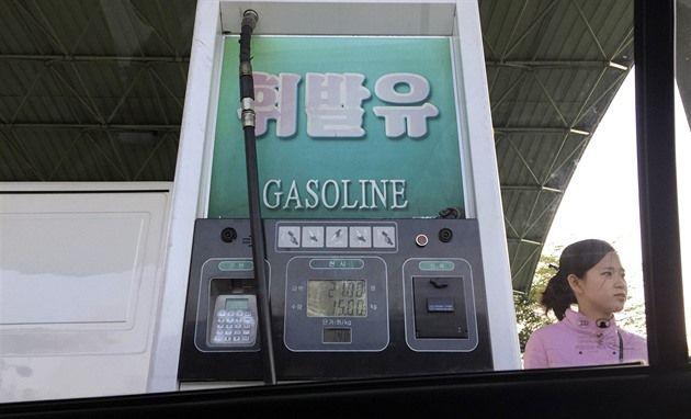 V Pchjongjangu v posledních dnech zavládl akutní nedostatek benzinu a nafty. Ceny na čerpacích stanicích rostou, fronty se prodlužují a obyvatelé totalitní země se obávají, že situace se jen tak nezlepší. Panuje podezření, že za nedostatkem paliva jsou ekonomické sankce ze strany Číny, píše agentura AP.