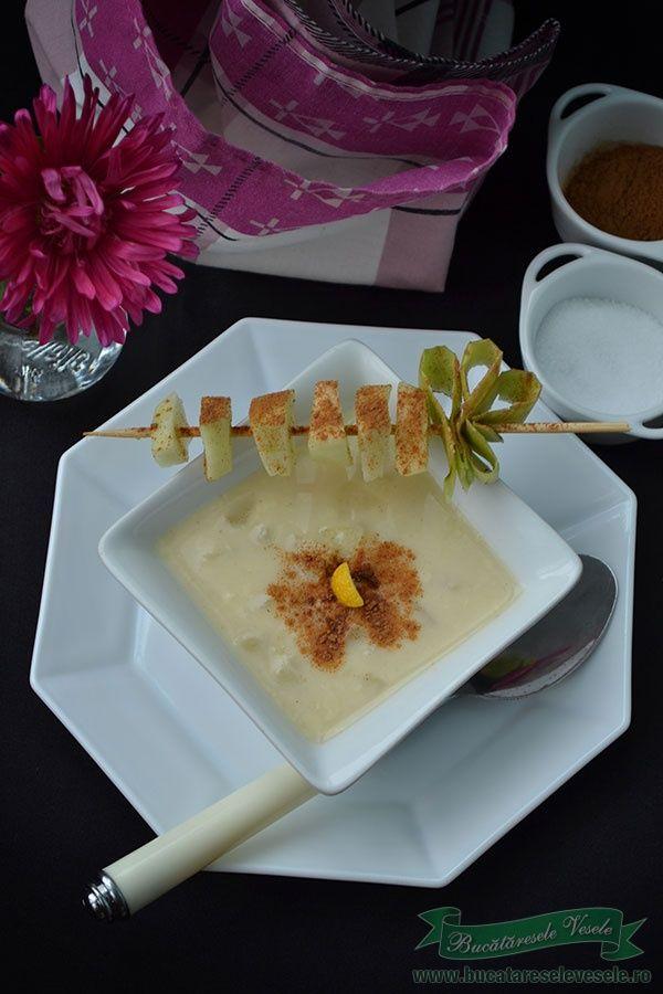 In Ardeal se pregatesc diverse supe cu fructe. O alta supa cu fructe pe gustul nostru este aceasta Supa de mere care a fost pregatita cu Green sugar- dulce natural, inlocuind cu succes si de aceasta data zaharul. Va recomand sa incercati si Supa de visine cu gutui, o alta delicatesa din Ardeal. Ingrediente Supa