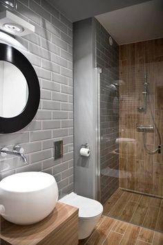 Du carrelage métro gris dans une salle de bain en bois