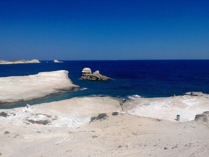 Hedef Sarakino plajı. Volkanik adanın ay yüzeyi gibi olan bu plajdaki su rengi ve sıcaklığı rüya gibi. Tertemiz ve altı tamamen kireçli kum... Daha fazla bilgi ve fotoğraf için; http://www.geziyorum.net/milos/