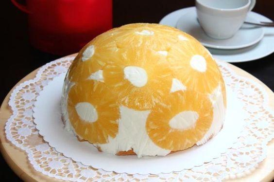 Die Ananas-Kuppeltorte schmeckt schön exotisch und ist dabei sehr erfrischend. Ein Rezept, das gerne an wärmeren Tagen vernascht wird und dabei auch noch optisch was her macht.