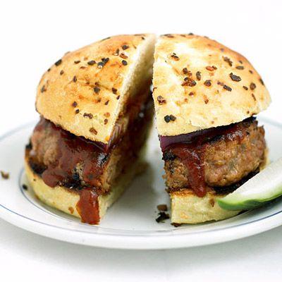 Hambúrguer de porco com molho barbecue