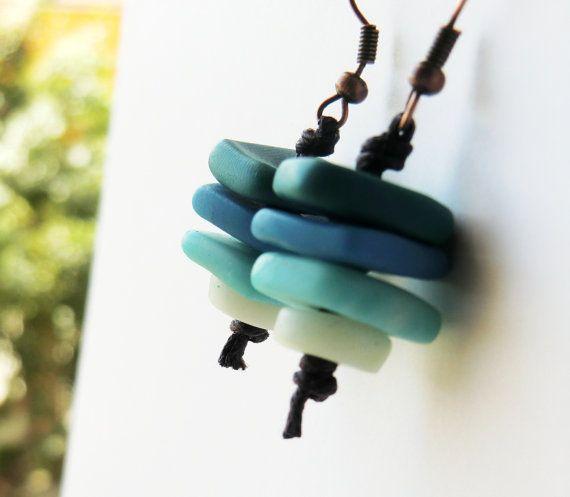 Items similar to Pendientes de arcilla de polímero Ombre, Fimo azul cuelga los pendientes, pendientes tribales de tinte de la inmersión on E...