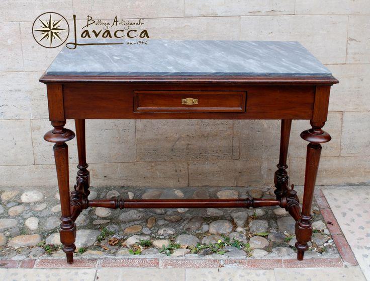 Tavolo/scrivania primi '900, in noce, piano in marmo bardiglio di Carrara, completamente restaurato. Euro 890.00 tasse incluse. Contattateci per più foto, dettagli e spedizione, l'articolo si trova a Vieste in Puglia.