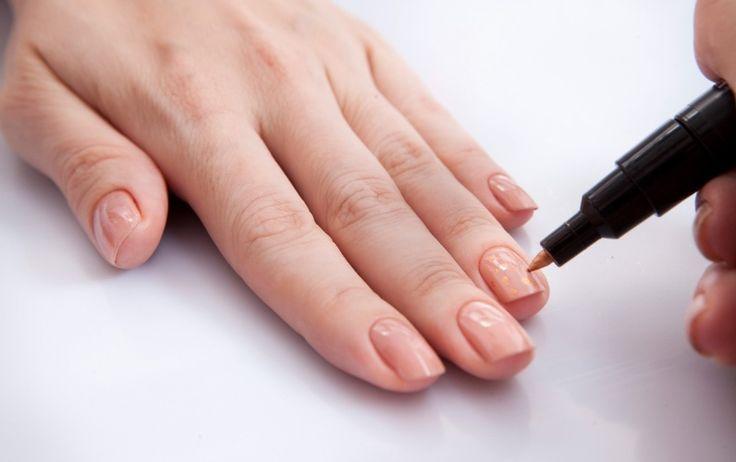 """Com a caneta decorativa na dor dourada, faça pequenas bolinhas apenas no dedo anelar. """"Lembre-se de fazer manchinhas bagunçadas mesmo, imitando a pele de onça"""", orienta a manicure. Espere secar para o próximo passo"""
