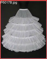 ENAGUA: Prenda de vestir femenina, especie de saya por lo general de tela blanca que se usa debajo de la falda exterior.