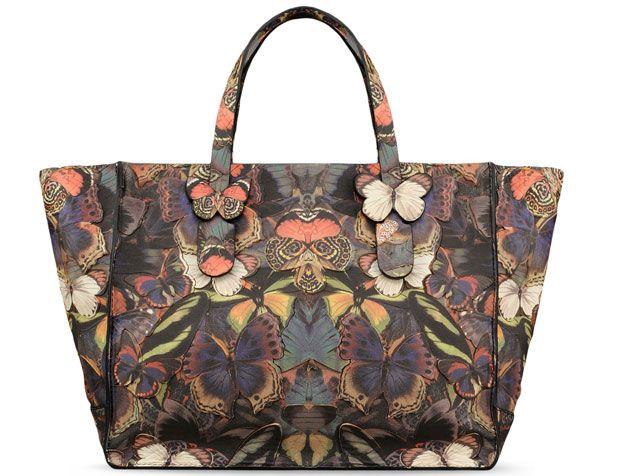 Direttamente dal giardino delle idee di Valentino Garavani, arriva la borsa Camubutterfly,...