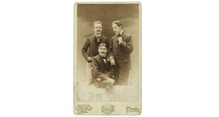 Auction fears that UIUC will buy everything! Ce portrait de 1896, figurant Marcel Proust (assis) en compagnie de deux amis, Robert de Flers et Lucien Daudet, est estimé 5.000 euros.