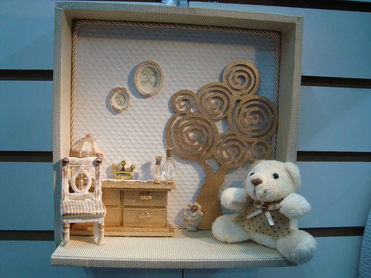 Quadro/ cenário para porta de maternidade, modelo exclusivo, pronta entrega. Confeccionado com tecido , peças em madeira e resina. COLOCAMOS O NOME DO BEBÊ, SEM CUSTO ADICIONAL!