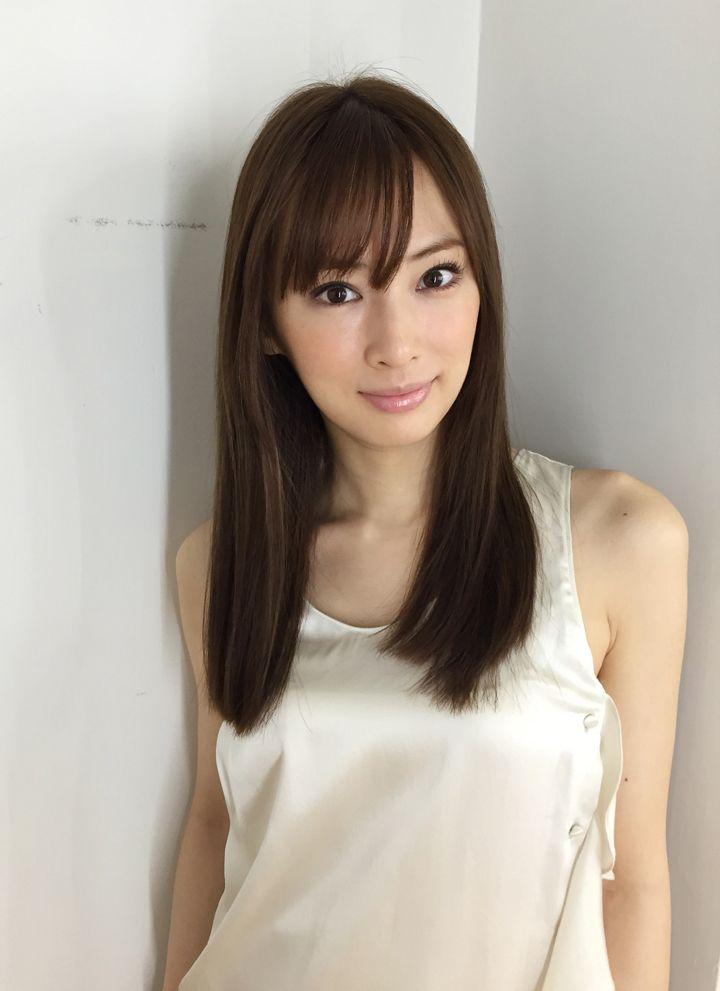 2016年1月11日に結婚を発表し幸せオーラーいっぱいの北川景子さん。その美貌は女性の憧れです。北川景子さんのような髪型になれる方法をご紹介します。ロングヘアの巻き髪、前髪あり、前髪なし、セミディなど過去の髪型も含め北川景子さんの髪型になれるやり方動画も一緒にチェックしていきましょう。