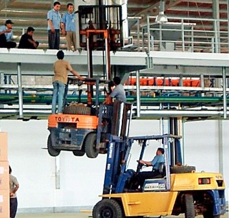 Lift-off: Forklift truck drivers double their efforts.  Not recommended by CLS