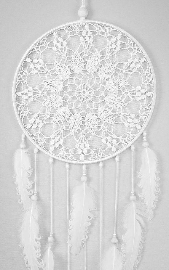 Grande blanco tapete atrapasueños, Crochet tapete de Atrapasueños con plumas rizados blanco, estilo boho, decoraciones de boda, colgante de pared, la pared atrapasueños hechos a mano, dreamcatchers de encaje, decoración, diseño elegante.  Defenderá usted y su familia de malos sueños y luchar contra los malos espíritus tratando de introducirse en su casa por la noche porque se convierten en confundido y enredados en su web. Trae amor, energía positiva y luz y permite que sólo tus sueños…