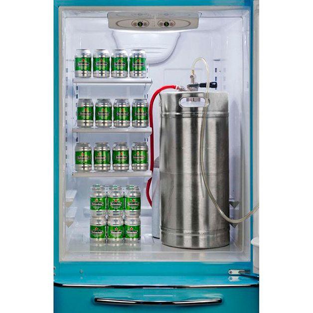 É a geladeira que todos os amantes de cerveja gostariam de ter. A Brew Master ('Mestre Cervejeiro', numa tradução livre) possui um espaço para colocar um barril de sua cerveja ou chopp preferido e uma torneira acoplada do lado de fora da porta, para descarregar sempre que a sede apertar. Com este sistema, a bebida fica sempre gelada e você pou...