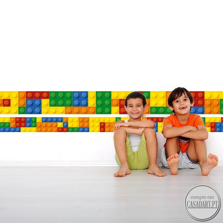 Lego Faixa Decorativa em Vinil  Aplique este Lego Faixa Decorativa em Vinil em qualquer superficie plana e sem textura (paredes, vidros, portas, mobiliário…). Decoração em vinil para a sua casa. Este produto é impresso, laminado e recortado de forma a que não fique qualquer margem branca ou transparente integrando na perfeição o vinil autocolante com o local da colocação do mesmo.  Para uma mais fácil aplicação as faixas decorativas são fornecidas em: 4 faixas individuais de 142 cm cada