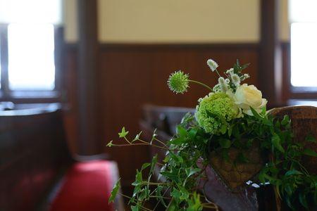 麻布にある安藤記念教会様への挙式装花でした。ご親族だけのご結婚式。挙式装花のバージンロードチェアフラワーは、カゴごとお持ち帰りできるようにしています。…て...