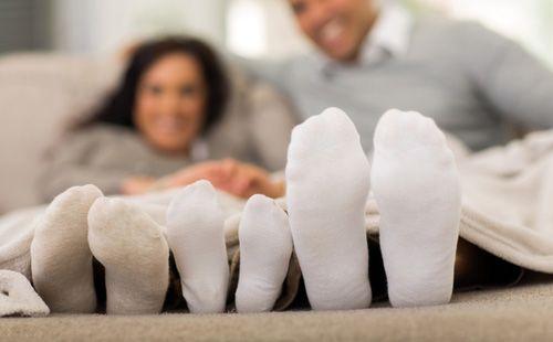 Мама, папа и ребенок в белых носках