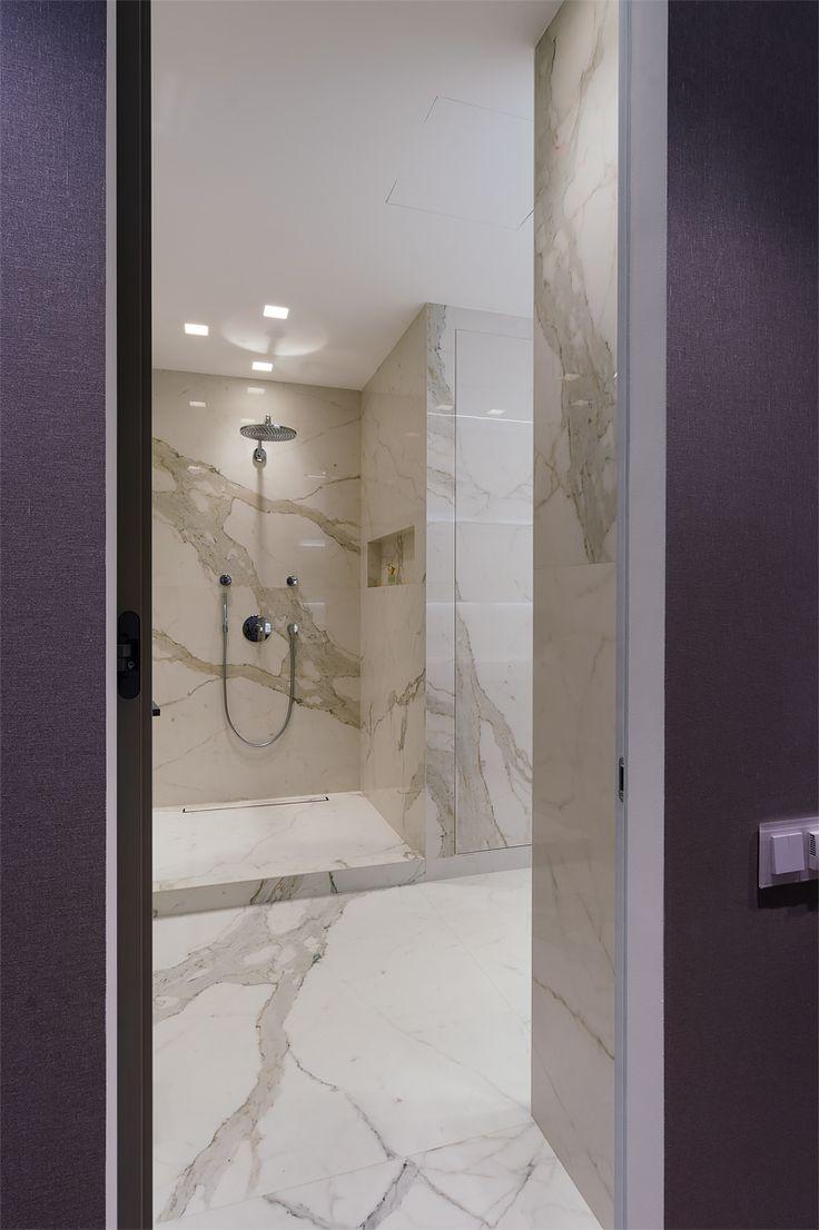 душевая кабина, стены облицованы панелями из керамогранита, современная ванная комната