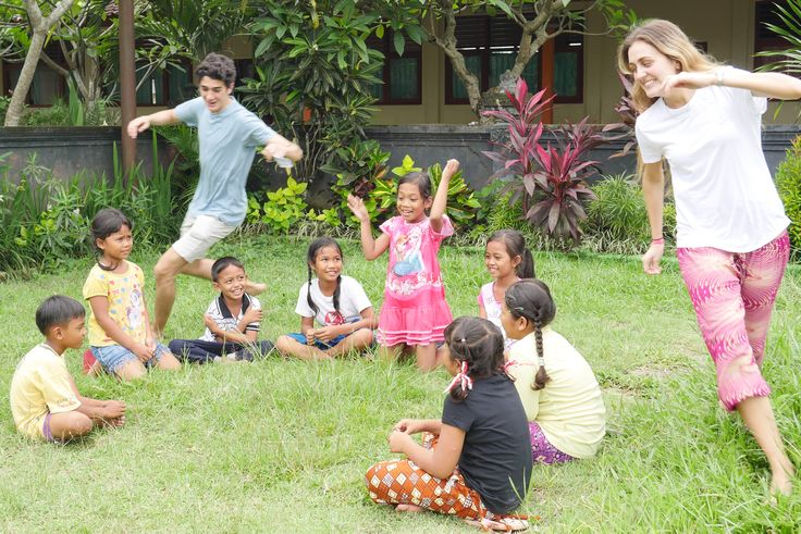 Volunteers Eduardo and Ana playing Duck Duck Goose with the kids!
