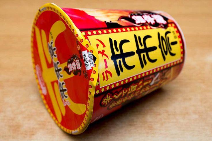 京都背脂しょうゆラーメンのお店の激辛商品 今回のカップ麺は、エースコックの「来来亭 旨辛麺」。ファミリーマート・サークルK・サンクス限定商品です。滋賀県野洲市に本店のあるラーメン店「来来亭」のメニュー「旨辛麺」の再現商品で、以前にも出ていたものとなりますが、このブログでは初めて食べます。「来来亭」は滋賀県にありながら京都の背脂しょうゆラーメンを供するお店で、背脂がたくさん入っていることが大きな特徴と...