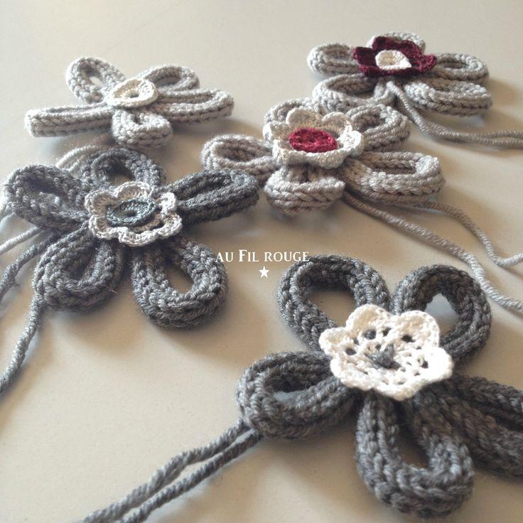 Mit einer Strickliesel eine Kordel stricken und zu einer Blume formen. Jetzt die Blume in der Mitte mit Nadel und Faden zusammennähen und verzieren.