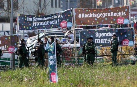 Helt, helt genial kampagne: I årtier har tyske nynazister årligt marcheret gennem den tyske by Wunsiedel, hvor Rudolf Hess indtil 2011 var begravet. Det synes de lokale selvfølgelig ikke om, så i et klogt modspil havde de erhversdrivende og indbyggerne skabt en slags modkampagne, hvor de donerede penge baseret på, hvor langt nynazisterne marcherede. Jo længere de gik, des flere penge blev doneret til en modkampagne, hvilket naturligt nok skabte et dilemma for nynazisterne.