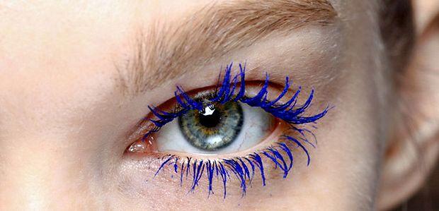 Ja ja ja blauwe mascara. Liefst nog met een blauw lijntje en een Invite intensief fluo roze of witroze parelmoer glans lippenstift. #eighties #makeup