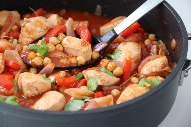 I denne gryteretten er det kyllingen som spiller hovedrollen, i en tomatsaus med litt sting, vel og merke så lenge du ikke er gnien på chilien. Dette matcher godt med de søte grønnsakene, og kikertene - som bidrar til at retten metter litt ekstra i magen.