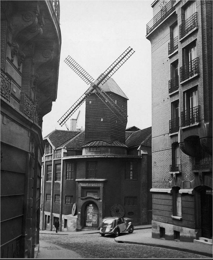 Rue Lepic, en 1935, une voiture s'engage dans la rue Girardon, juste devant le Moulin de la Galette... (Paris 18ème)