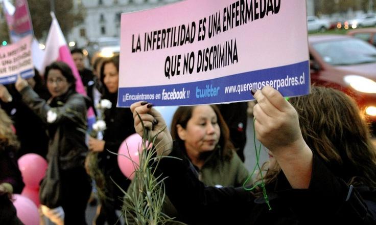 Quieren ser padres y no pueden. Protesta con coches de guagua vacíos frente a La Moneda. (10/05/2013)