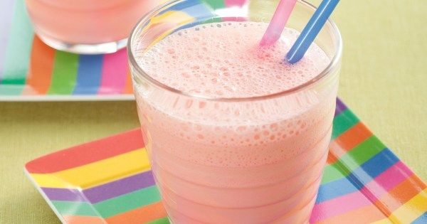 1 colher (sopa) de suco de limão  - 1 banana picada  - 3 xícaras (chá) de Leite UHT NINHO® Integral gelado  - 6 colheres (sopa) de NESQUIK® em Pó Sabor Morango  -
