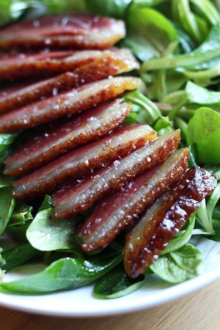 Deze salade metgerookte eendenborst enframbozendressing is ontzettend simpel, maar zó lekker. Alsof je in Frankrijk zit! Koop bij een goedepoelier een gerookte eendenborst in één stuk. Veel supermarkten verkopen ook gerookte eendenborst, maar die isdan al in plakjes gesneden. Dat kan ook, maar is een stuk minder lekker. Leg de eendenborst met de vetkant naar …