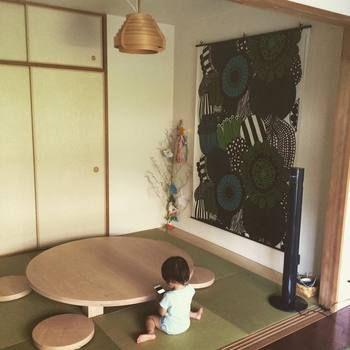 こちらはマリメッコのファブリックやヤコブソンのランプをアクンセトにした和室。テーブルとの相性もバツグンです。