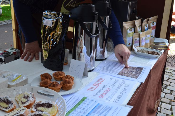 Explaining to our dear customers the differences between Specialty Grade coffee and commercial coffee. :) — in Horten.
