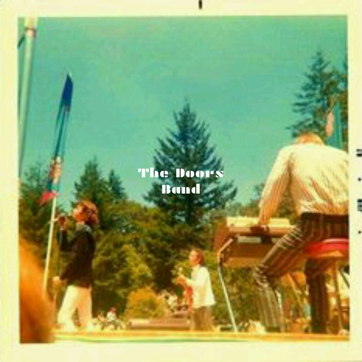https://m.facebook.com/The-Doors-Band-1643222725925549/  El 10 de junio de 1967, The Doors la banda americana de Blués-Rock, Rock-Psicodélico. Se presentan en The KFRC Fantasy Fair & Magic Mountain Festival, Monte Tamalpais, Condado de Marin, California, USA.   Con The Doors tambien actuaron las bandas the Miracles, the Byrds, Wilson Pickett, the Seeds, the Blues Magoos, Jefferson Airplane y Country Joe & the Fish.