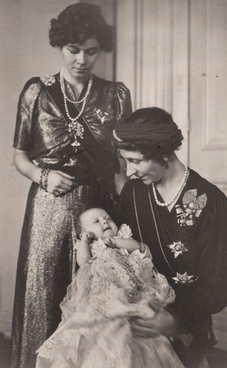 Tres generaciones: la reina Federica de Grecia (de pie) con la madre, Viktoria Luise, duquesa de Brunswick, y su hija, la princesa Sofía, más tarde la Reina Sofía de España.