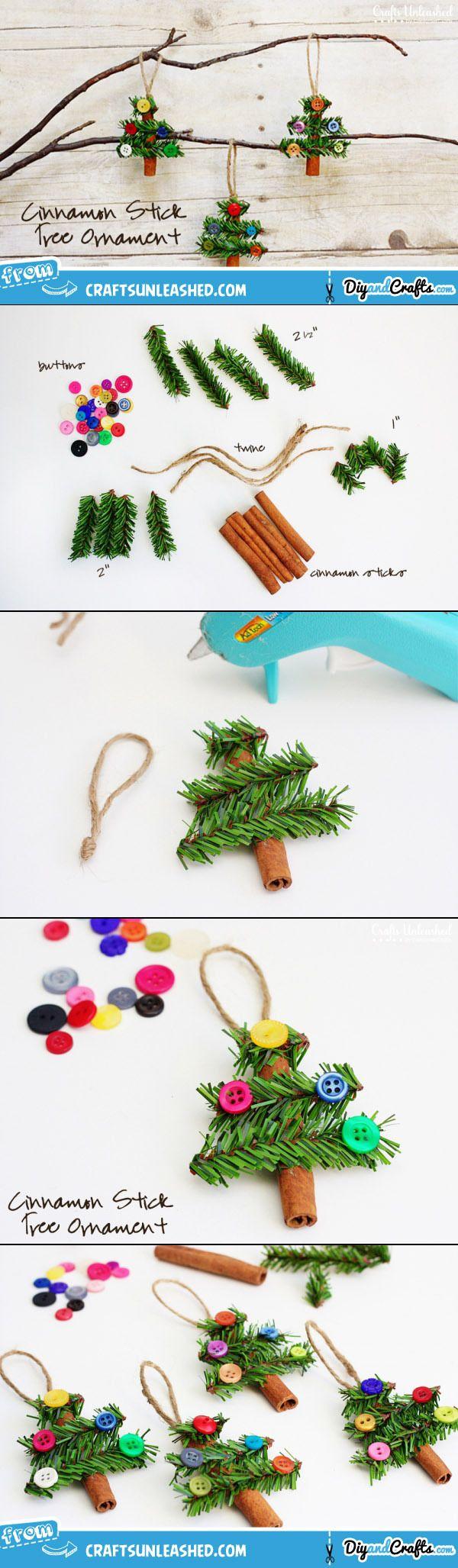 Met een kaneelstokje, takjes en knoopjes maak je een kleine geurende kerstboom om op te hangen.