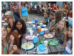 www.schoolkampnederland.nl De grootste gratis database met leuke buitenspellen. In de Spellen Collectie kun je zoeken naar gave spellen op: aantal leerlingen, leeftijd, omgeving, intensiteit, speelduur Kortom, altijd een passen spel!!