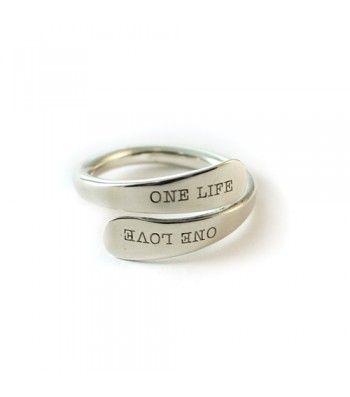 Exclusivo anillo de plata cruzado donde puedes grabar 2 nombres o una frase corta. Una joya personalizada muy original que te sorprenderá. ...