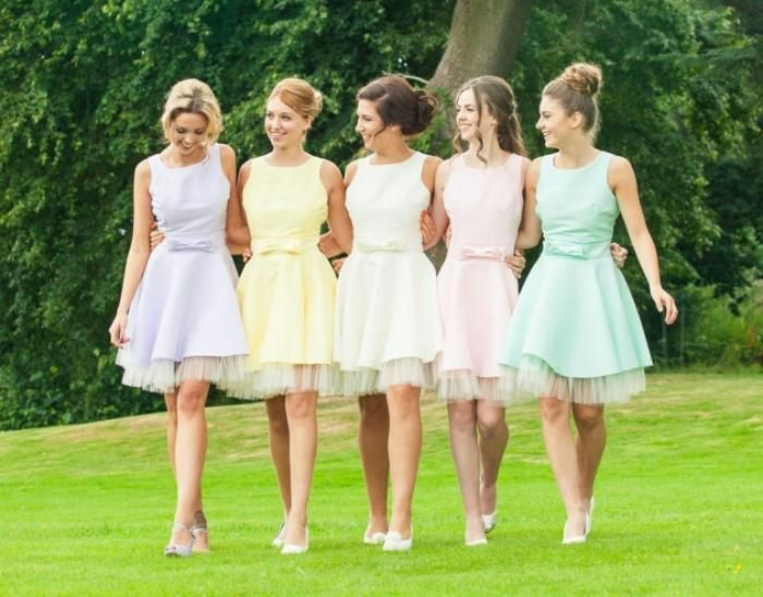 Super adorable bridemaids dresses! Fifties frocks in shades of pastel to suit each bridesmaid.