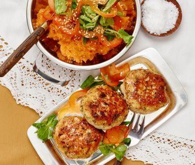 Den smakrika sötpotatiskrossen får ett extra djup tack vare buljongen och är ett underbart tillbehör till de saftiga kycklingbiffarna med en touch av persilja och cayennepeppar.