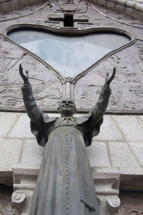 Dans la ville de Quito en Equateur  DIAPORAMA : TOUR DU MONDE DES 20 STATUES DE JEAN PAUL II  http://www.lumieresdelaville.net/2014/04/27/tour-du-monde-des-statues-de-jean-paul-ii/  #canonisationsRome2014 #canonisations #vatican #canonization