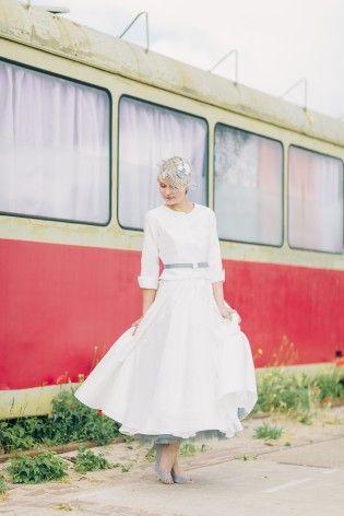 noni 2015 Jäckchen zum 50er Jahre Brautkleid in tea-length mit rundem Halsausschnitt und grauem Taillengürtel mit Knopf  (www.noni-mode.de - Foto: Le Hai Linh)